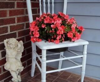 Foto: Krēsli- ziedoši dekori jeb veco krēslu jaunā dzīve