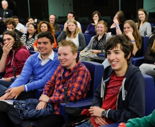 Tiekoties ar Eiropas Parlamenta deputātiem, jaunieši izzinās iespējas darboties parlamentā