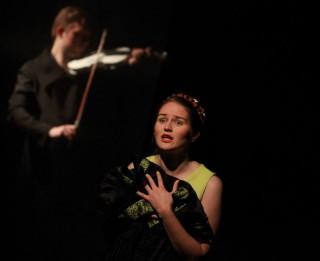 """Lugas """"Kad vijoli ar pārrautām stīgām pārņem liesmas"""" iestudējums"""