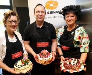 Divas lieliskas maizniekmeistara Māmiņdienas kūku receptes