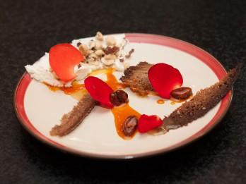 Rudzu maizes un krēmsiera deserts ar smiltsērkšķu mērci