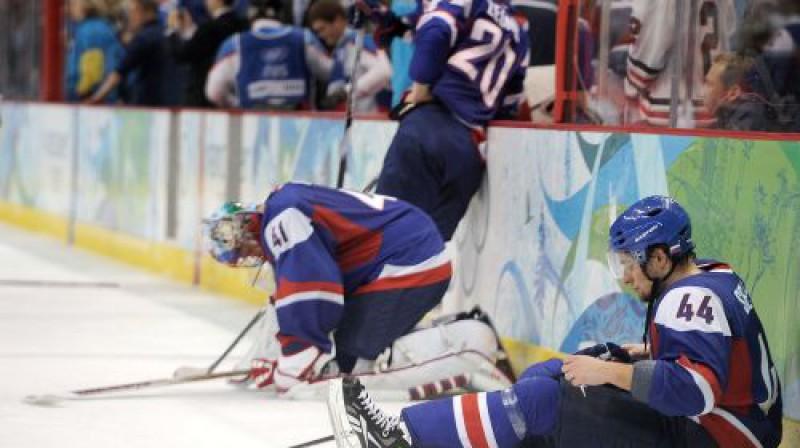 Slovākijas hokejisti pēc spēles beigām bija emocionāli sagrauti - garām palaista mūža iespēja Foto: AFP/Scanpix