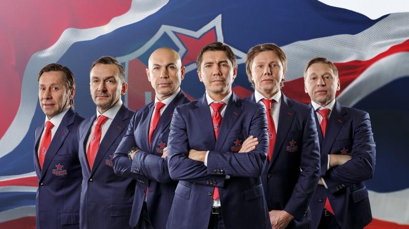 CSKA treneru korpuss, Sergejs Naumovs otrais no kreisās, galvenais treneris Igors Ņikitins priekšplānā. Foto: cska-hockey.ru