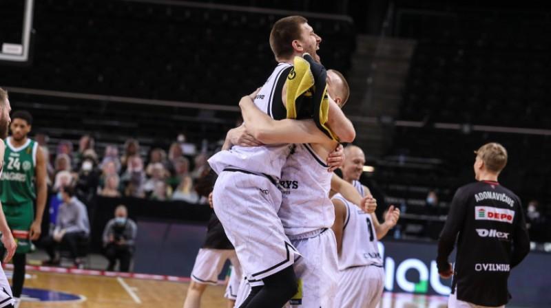 ''Rytas'' basketbolisti atzīmē uzvaru derbijā. Foto: BNS