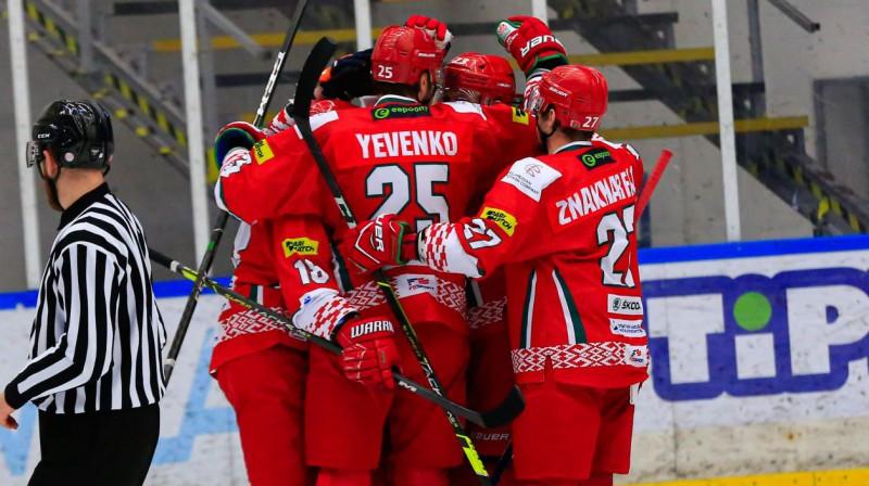 Baltkrievijas izlases hokejisti svin vārtu guvumu. Foto: hockey.by