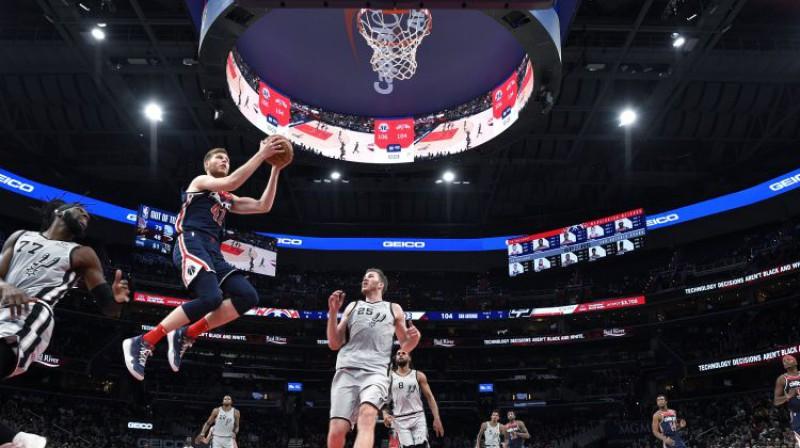 """Dāvis Bertāns iepriekšējā tikšanās reizē pret Sanantonio """"Spurs"""". Foto: AP/Scanpix"""
