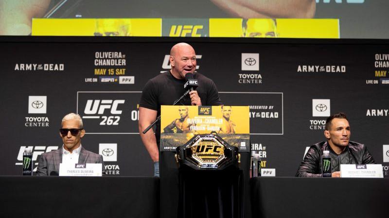 Čārlzs Oliveira (pa kreisi) un Maikls Čendlers (pa labi). Vidū - UFC prezidents un čempiona josta. Foto: Zumapress.com/Scanpix