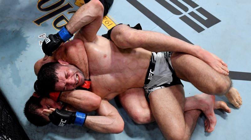 Islama Mahačeva uzvaras žņaugšanas paņēmiens. Foto: twitter.com/UFC