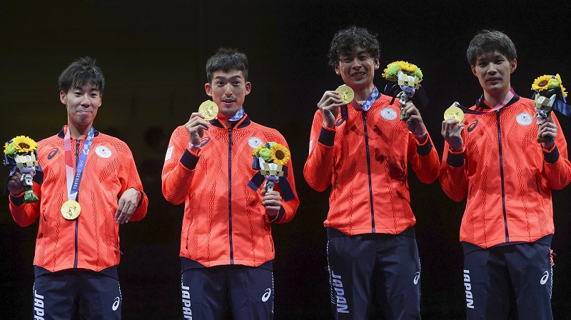 Japānas paukotāji: uzvarētāji komandu sacensībās ar špagu. Foto: Reuters/Scanpix