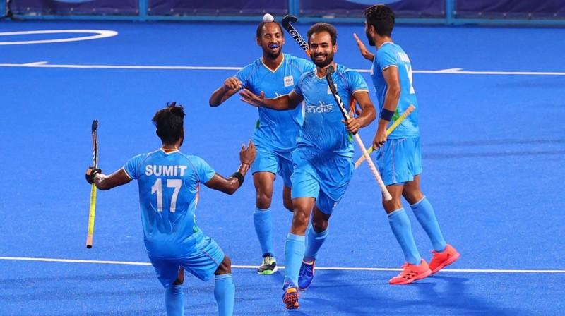 Indijas lauka hokejisti svin vārtu guvumu. Foto: Bernadett Szabo/Reuters/Scanpix