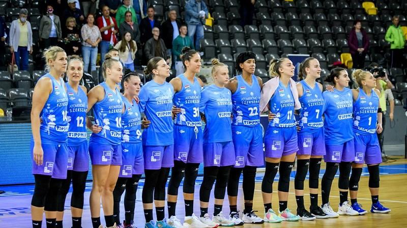 """""""Szekszard"""" spēlētājas klausās Ungārijas himnu """"Sepsi SIC"""" fanu izpildījumā. Foto: FIBA"""