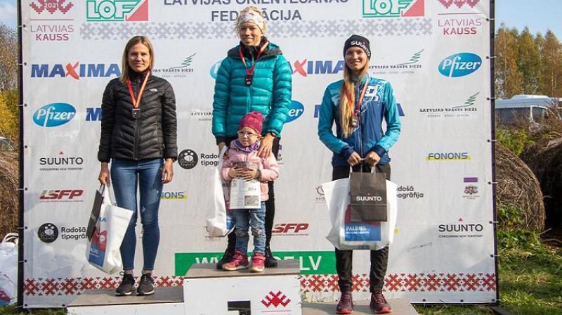 Pirmo trīs vietu ieguvējas sievietēm. Foto: Latvijas orientēšanās federācija.