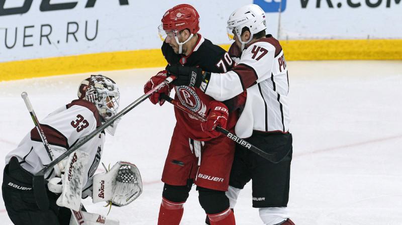"""Miks Indrašis cīņā pret """"Dinamo Rīga"""" hokejistiem. Foto: Dinamo Rīga"""