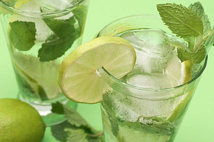 10 pasaules populārākie kokteiļi. Kā tie radās?