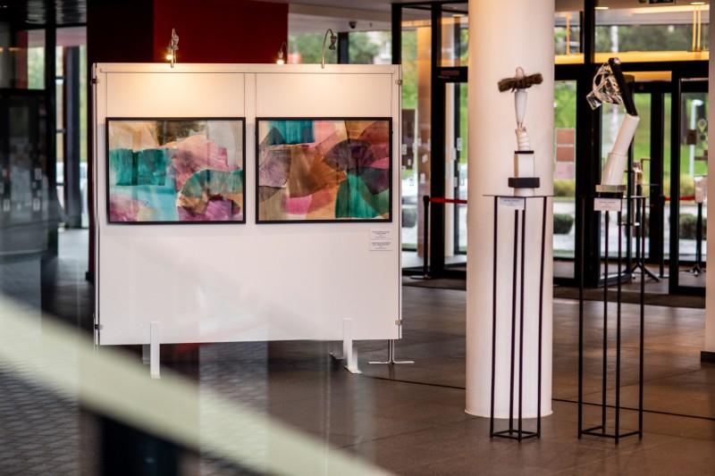 Jaunākajā mākslinieka Daiņa Gudovska izstādē skatāmi stikla darbi un akvareļi