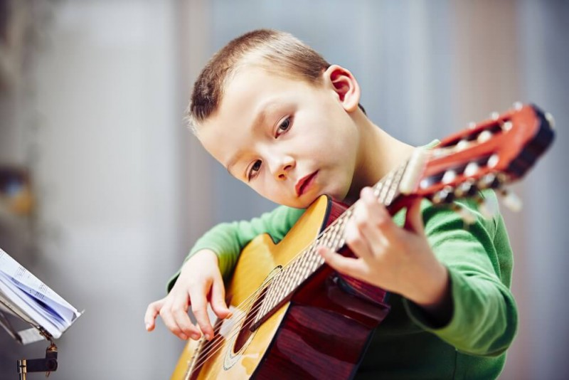 Bērna pirmie soļi muzikālajā pasaulē – kādu mūzikas instrumentu izvēlēties?