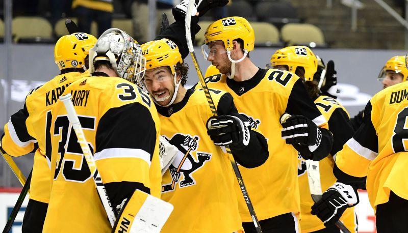 """Bļugeram divi metieni, """"Penguins"""" uzvar un panāk izlīdzinājumu sērijā"""