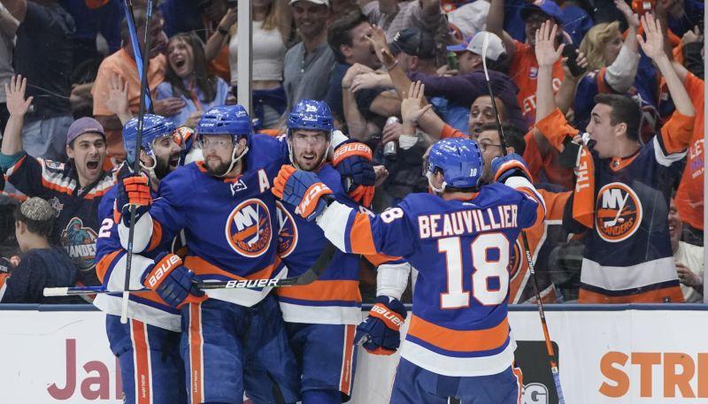 """Islanders"" uzvar ""Bruins"" un NHL pusfinālā tiksies ar ""Lightning"""