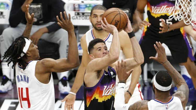 """Bukera karjeras pirmais triple-double ļauj """"Suns"""" iesākt konferences finālu ar uzvaru"""